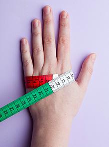 2b078218d5ce1 Pour connaître votre taille de gants, prenez un mètre de couturière et  mesurez le tour de main, sans serrer, au niveau des articulations de la  paume.